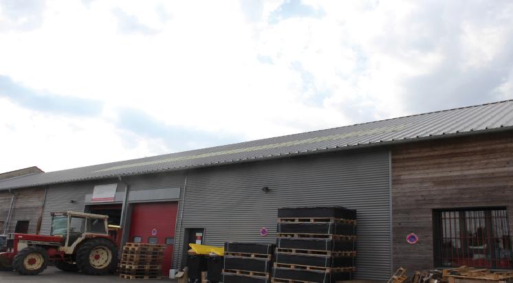 batiment avec une toiture en panneaux photovoltaïque