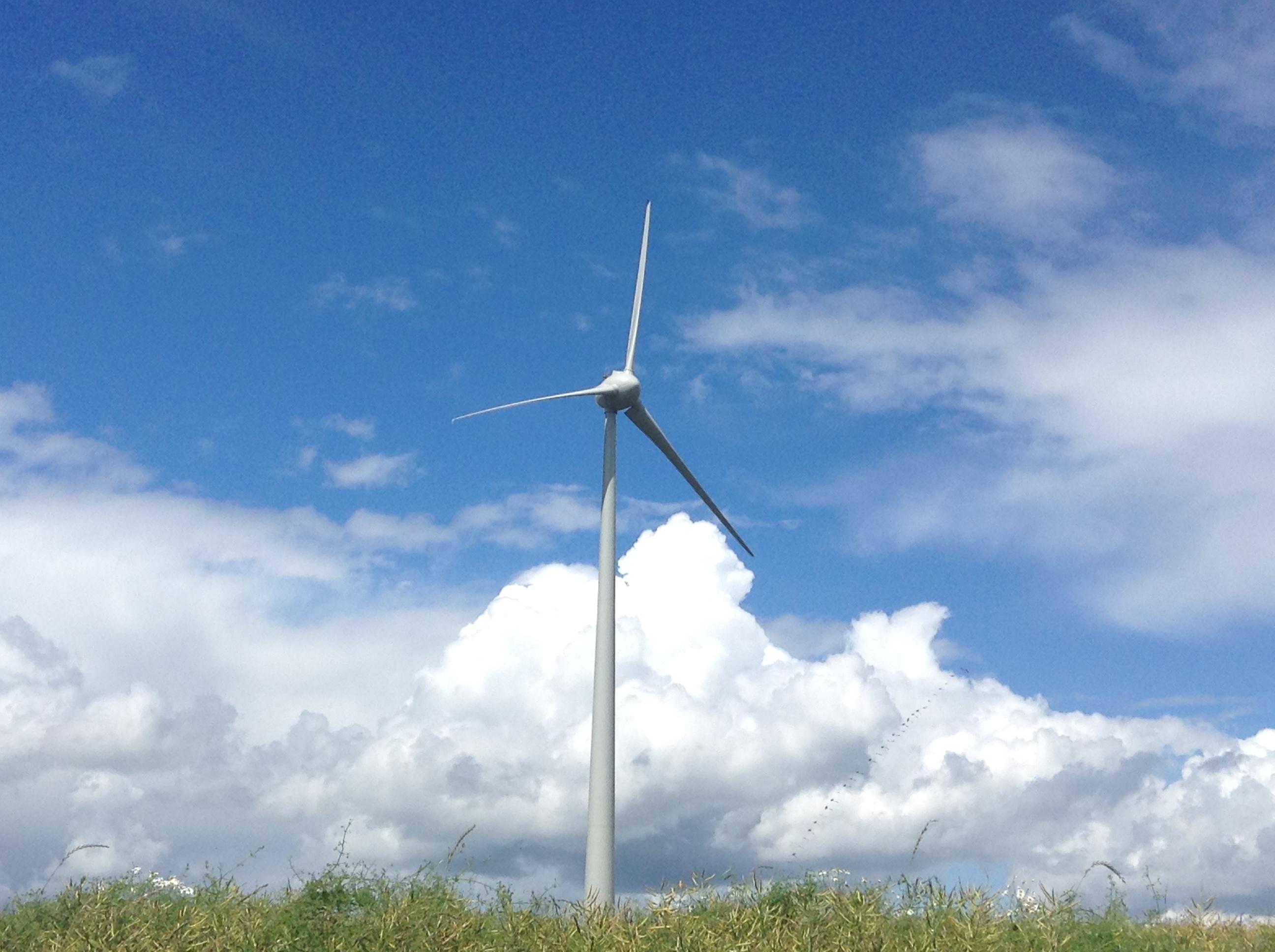 éolienne avec ciel bleu