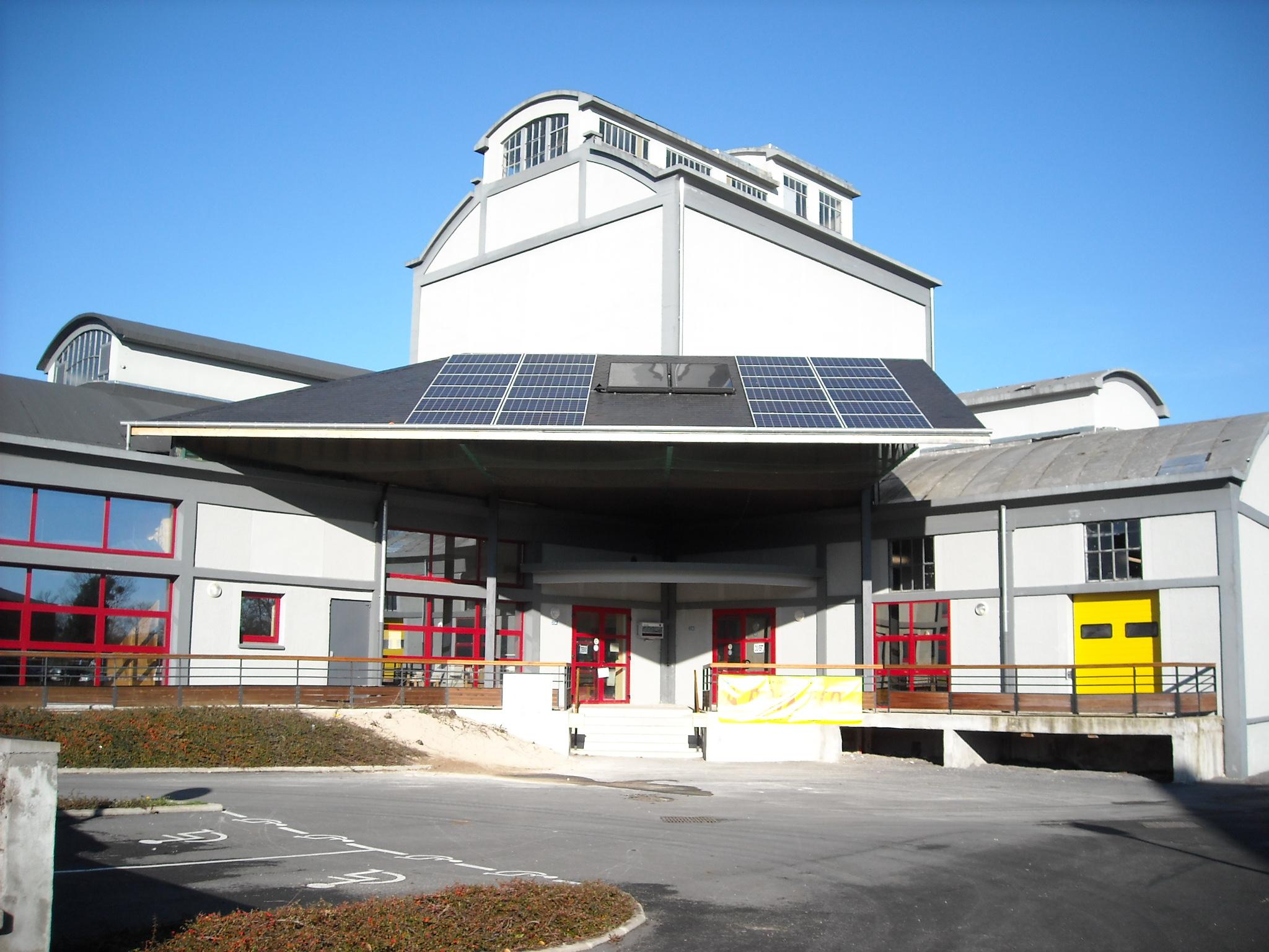 batiment avec toit en panneaux photovoltaïque