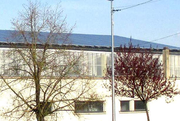 batiment avec toiture en panneaux photovoltaïque