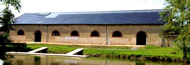 """batiment """"la moscowa"""" avec toiture en panneaux photovoltaïque"""